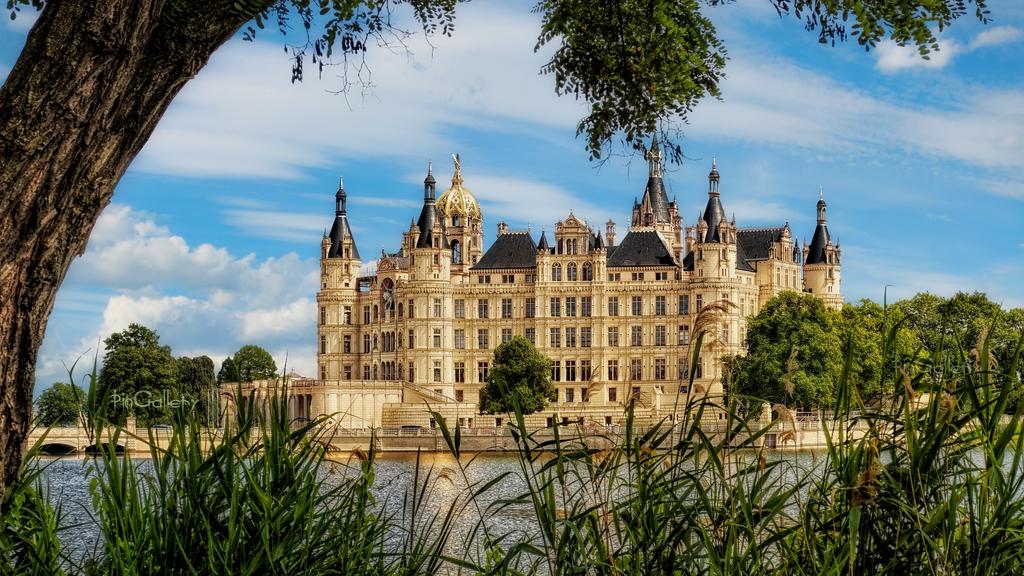 Schweriner Schloss II by pingallery