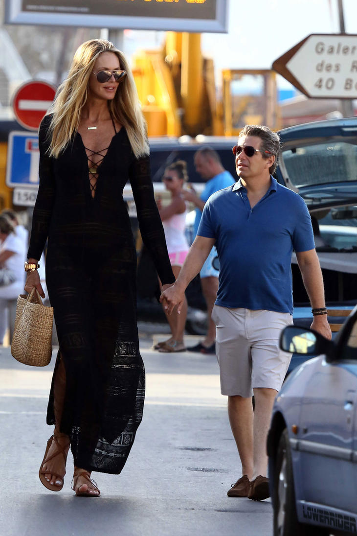 Tall Elle Macpherson walking by lowerrider