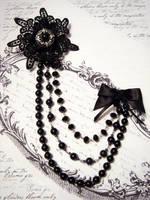 Elegant brooch by Vadien