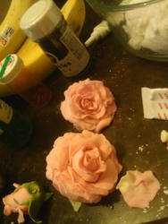 Fondant roses for my sisters birthday cake~ by Enjoycake