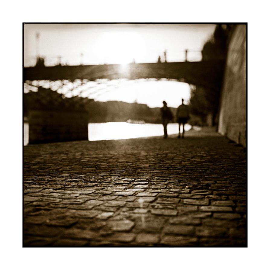 people are fazed under bridge by Szylvester