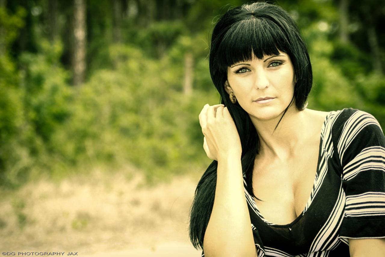 Фото девушек брюнеток с чёлкой на аву
