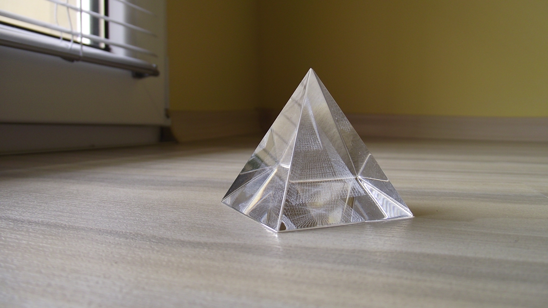 Пирамида стеклянная