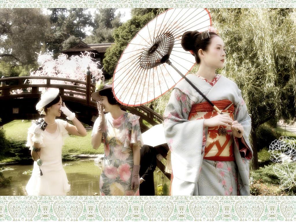 http://fc03.deviantart.net/fs12/i/2006/281/1/b/Wallpaper__Memoirs_of_a_Geisha_by_Nienie.jpg