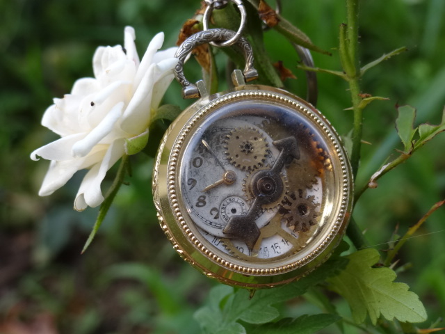 Steampunk Alice in wonderland key chain by Hiddendemon-666