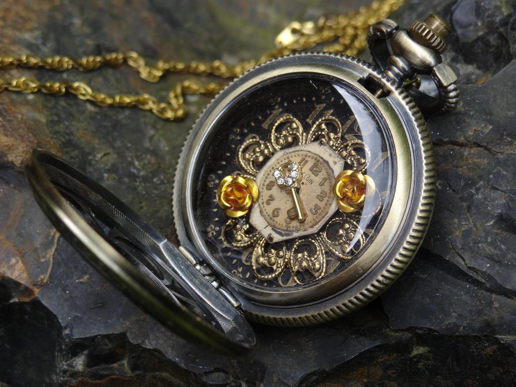 Steampunk golden locket by Hiddendemon-666
