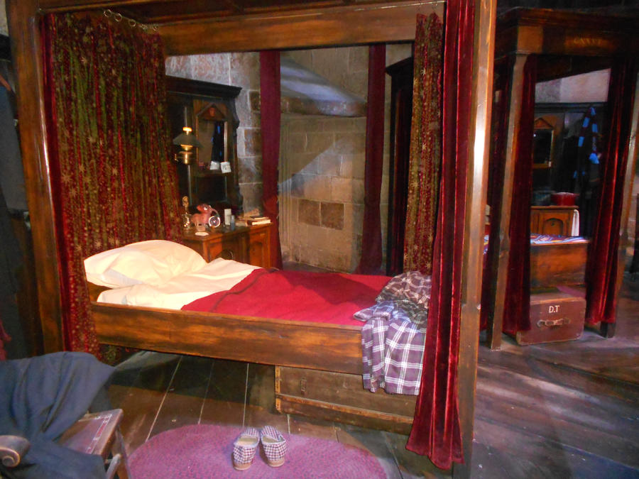 Harry potters bedroom at hogwarts by darioargento111 on for Bedroom ideas harry potter