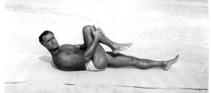 Charles Atlas pulling the knee - Isometrics
