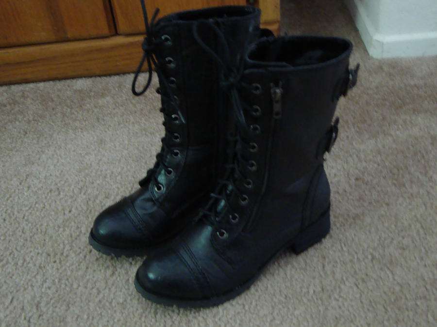 awesomely cute combat boots by lookingxglassxchica on