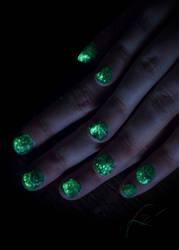 Glow in the dark Halloween owl nail art by Undomiele