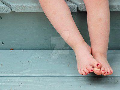 my feet by thelezbunny