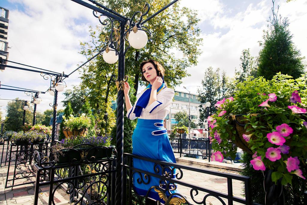 Elizabeth by Fiora-solo-top