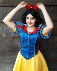 Snow White Cosplay by naysimo