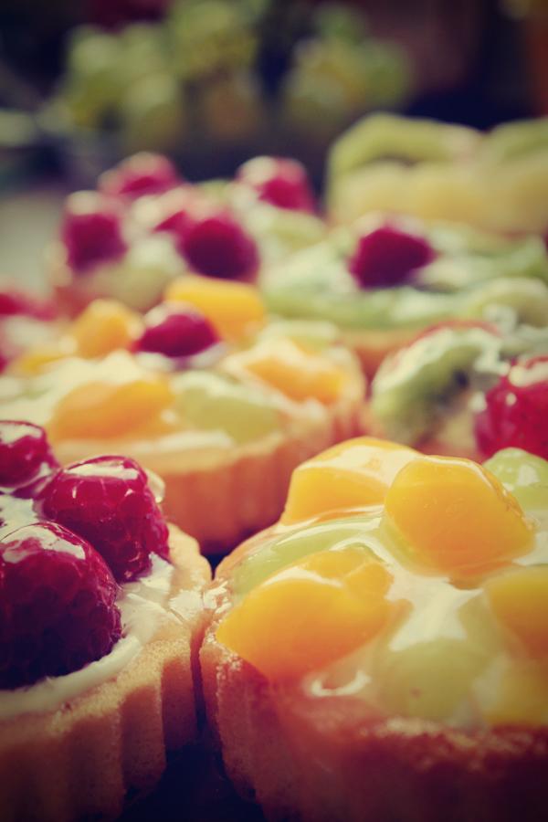 http://fc01.deviantart.net/fs51/f/2009/256/b/9/Fruit_cupcakes_by_Ayaka_Itoe.jpg