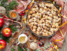 Christmas apple pie with cranberries by MirageGourmand