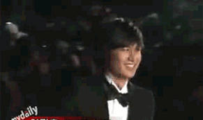 Lee Min Ho falls down on the red carpet by s0tangh0n