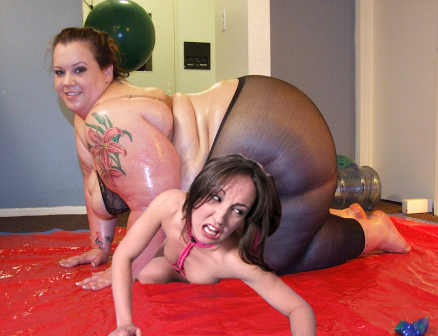 Wrestling Manip: Oiled BBW squashes slim girl by wsaef