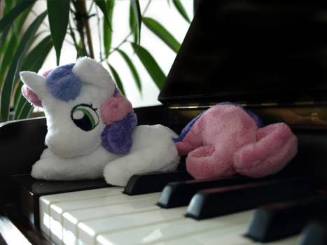 Tiny Sweetie Belle loves music