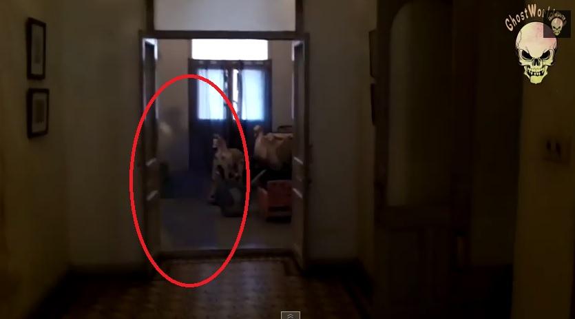 ... nella stanza giochi dei bambini - Violent ghost man caught in children