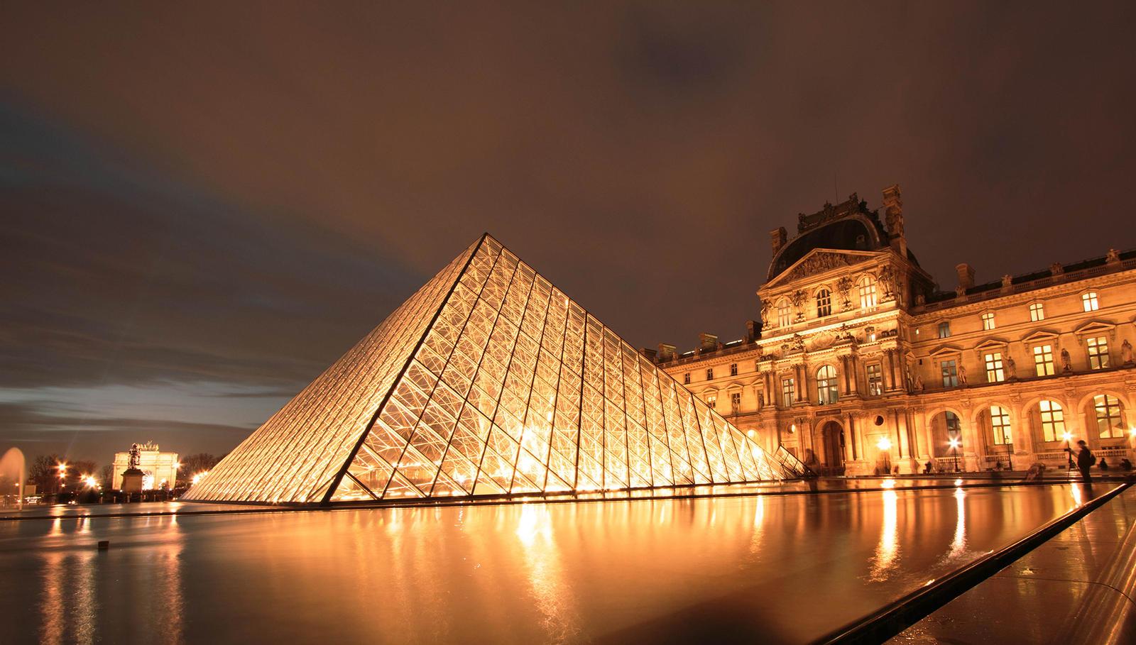 Paris by night : Louvre I by SaTaNiA