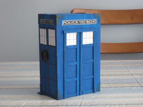 Turning TARDIS by Linzero