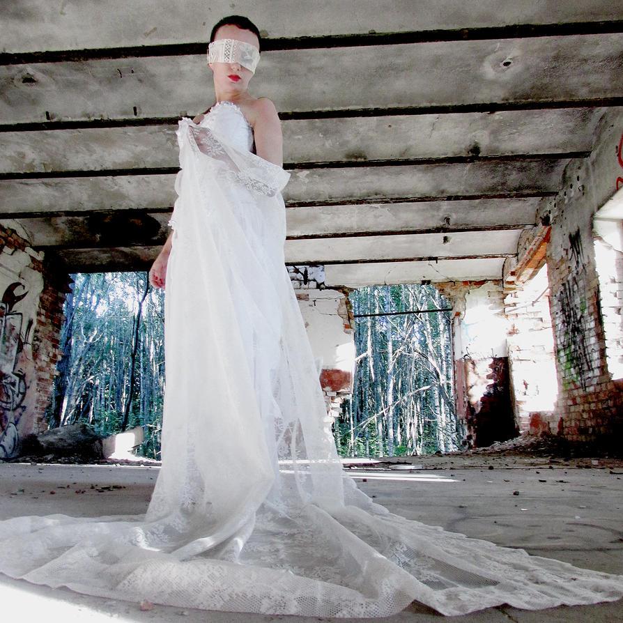 Angel in ruins by kitsune89
