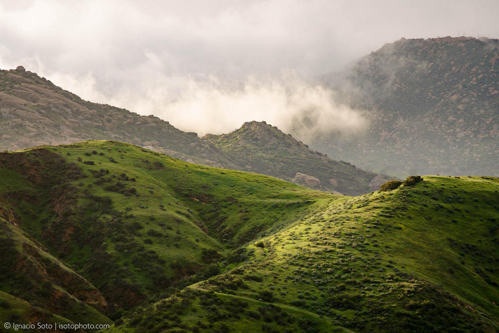 Fog coming through the pass by isotophoto