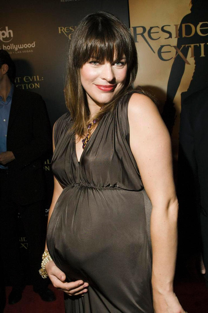 Milla Jovovich showed a rounded belly in Venice 05.09.2014 78