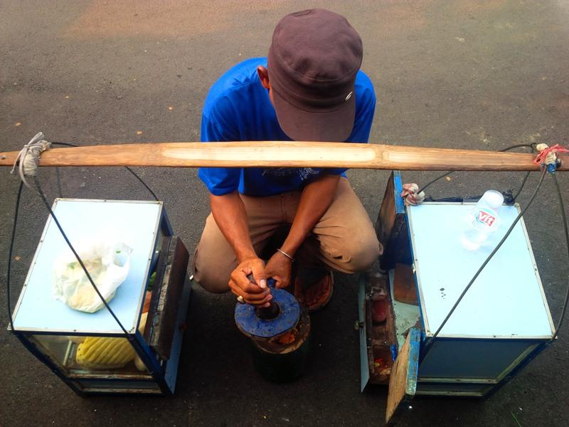 Penjual Rujak bebeg khas Betawi by Pro-lensandmoments