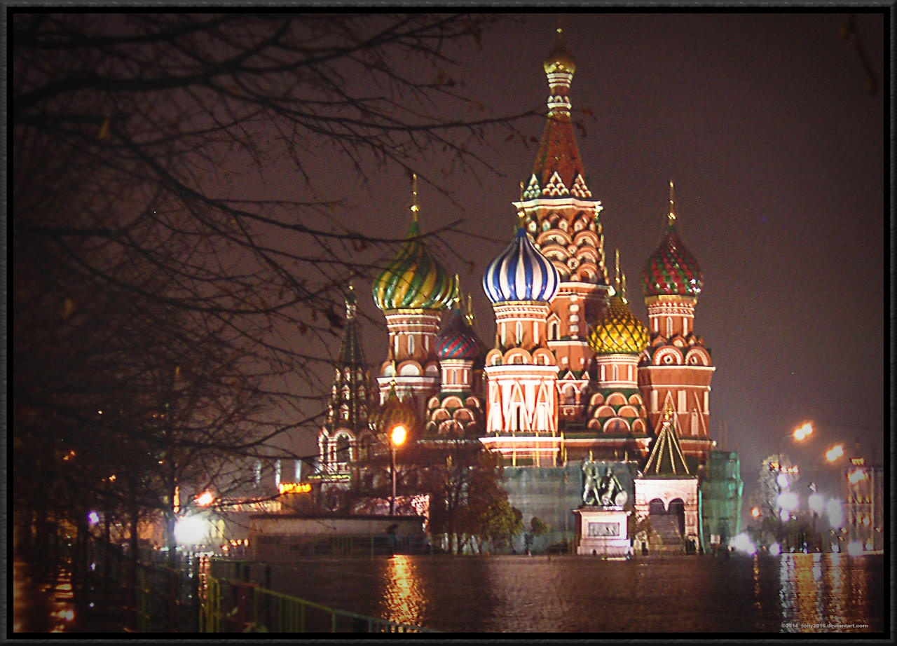 RAINY NIGHT FALL IN MOSCOW