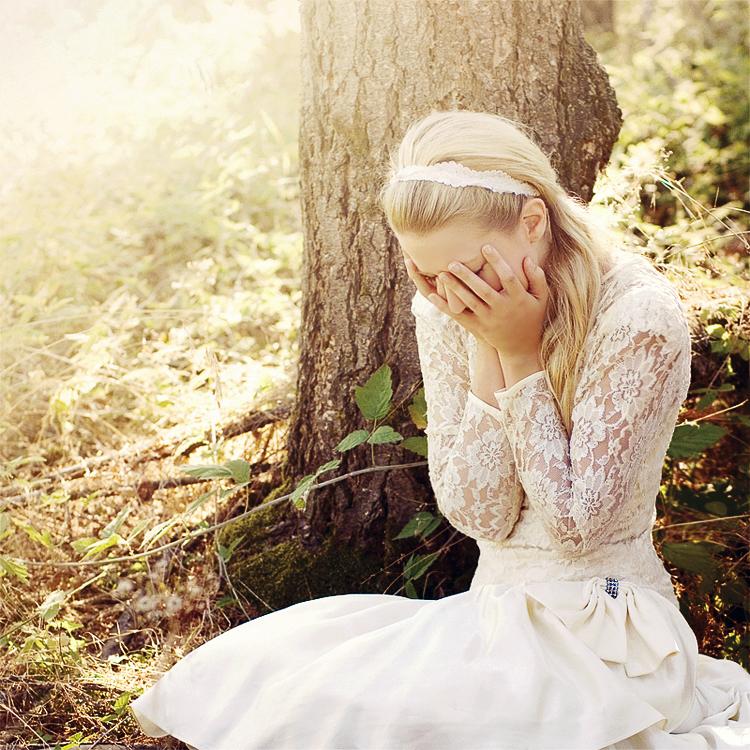 Девушка плачет в лесу. Elias Wessel. TARAKLIA.