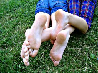 feet n grass. by dojjU