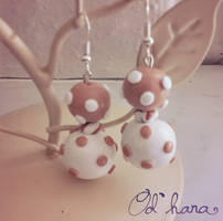 Polymer clay polka dots earrings by Odhana
