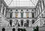 Pensees mysterieuses dans le Musee du Louvre.