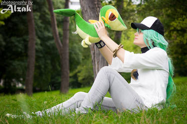 N Harmonia with Snivy. Pokemon Black White cosplay