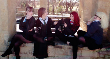 Hogwarts Cosplay: Sitting friends by koiykeuchiha