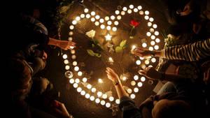 Bougies Disposees En Forme De Coeur En Hommage