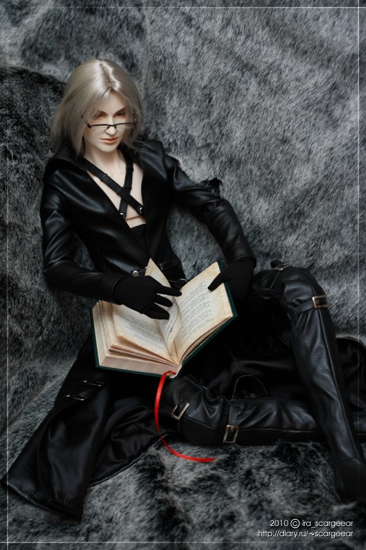 Sephiroth reading by scargeear