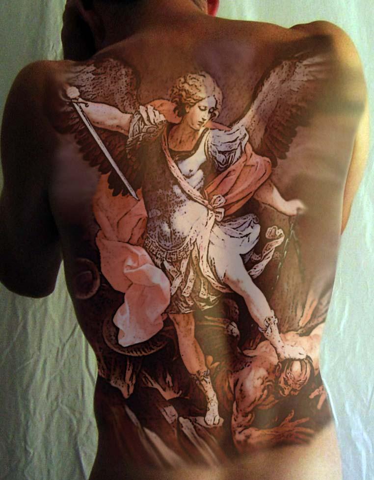 Тату архангела на спине у девушки