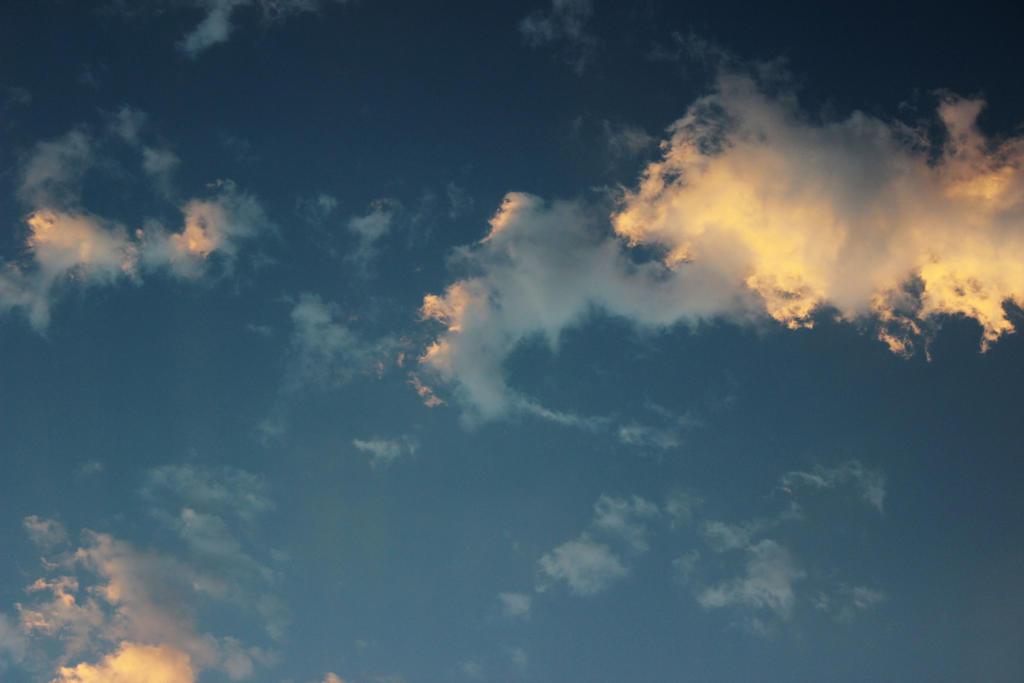 clouds drifting by Tsukiyomi98Tenshi