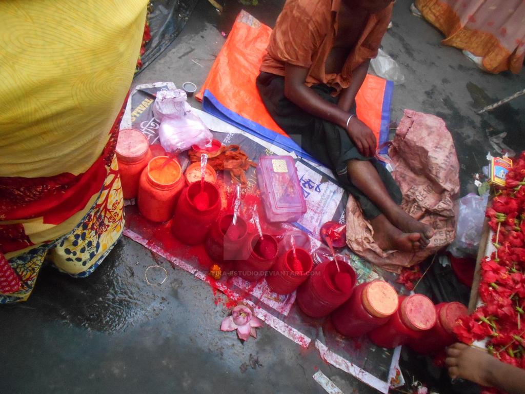 En Kolkata-Vendedor de pigmentos en Kalighat by Tika-estudio