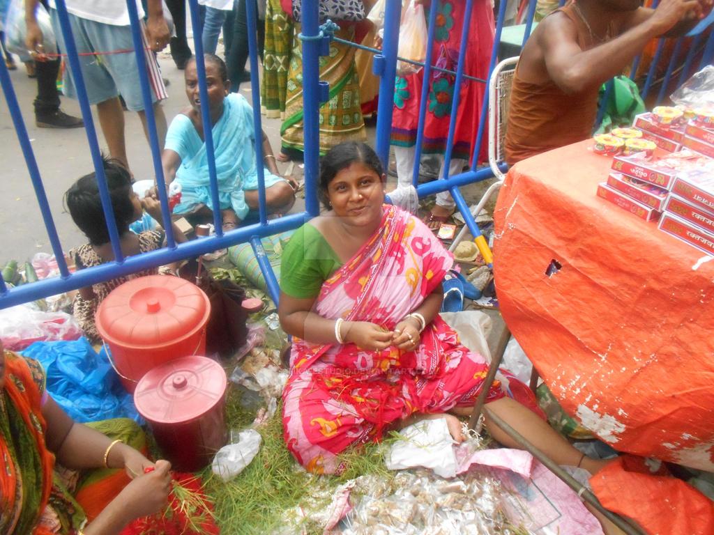 En Kolkata-Chica de las flores by Tika-estudio