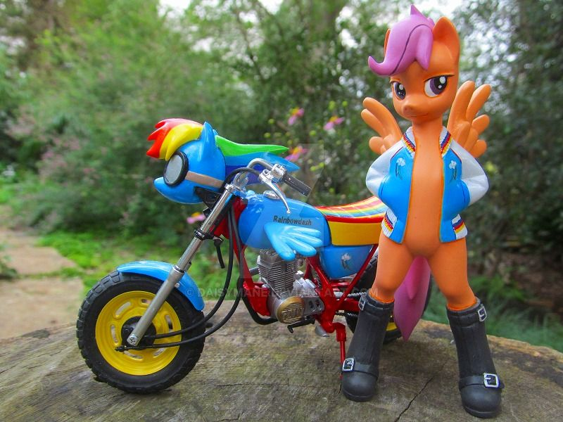 Scootaloo and her scooter by daisymane