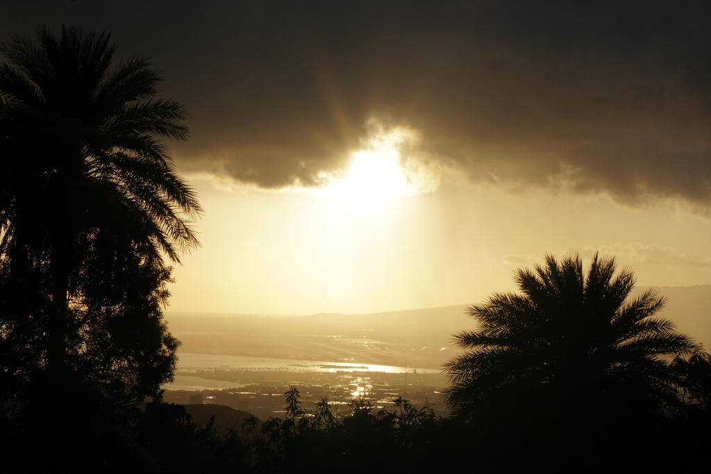 Hawaiian sunset by EllieZ