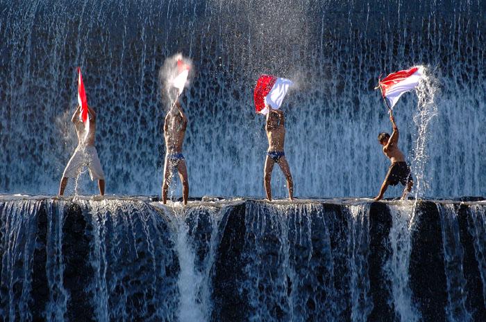 http://fc06.deviantart.net/fs13/f/2007/061/1/1/Republik_Indonesia_by_pistonbroke.jpg