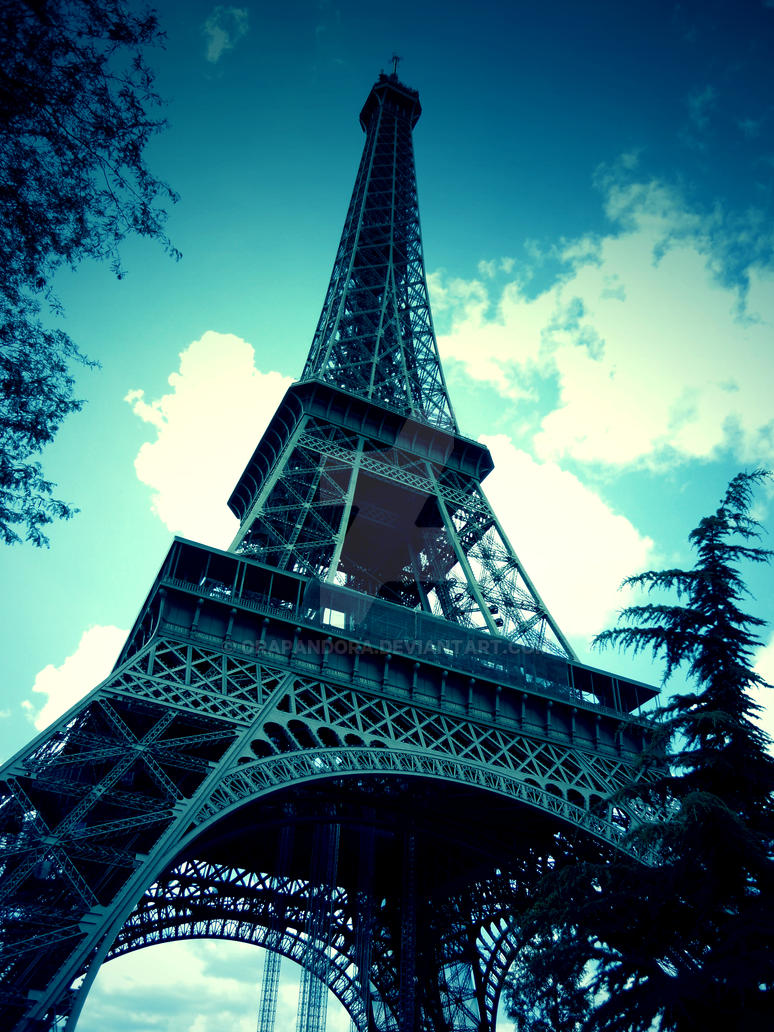 Eiffel Tower by Orapandora