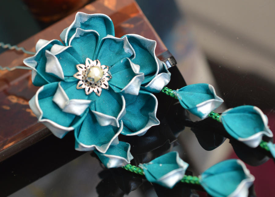 A single lotus... (Tsumami Kanzashi) by hanatsukuri