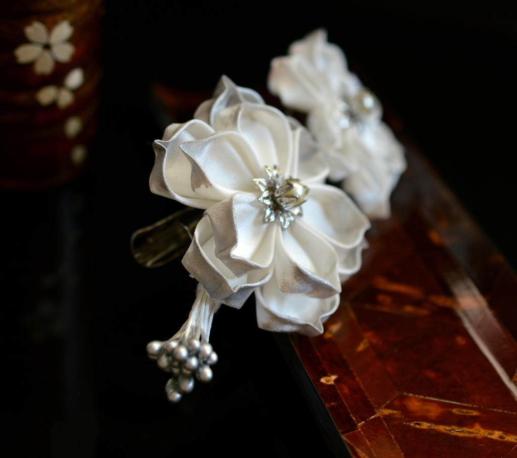 Wedding White Lotus Clip. Tsumami Kanzashi. by hanatsukuri