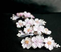 Sakura Kanzashi: Cherry Blossoms all in a row. by hanatsukuri