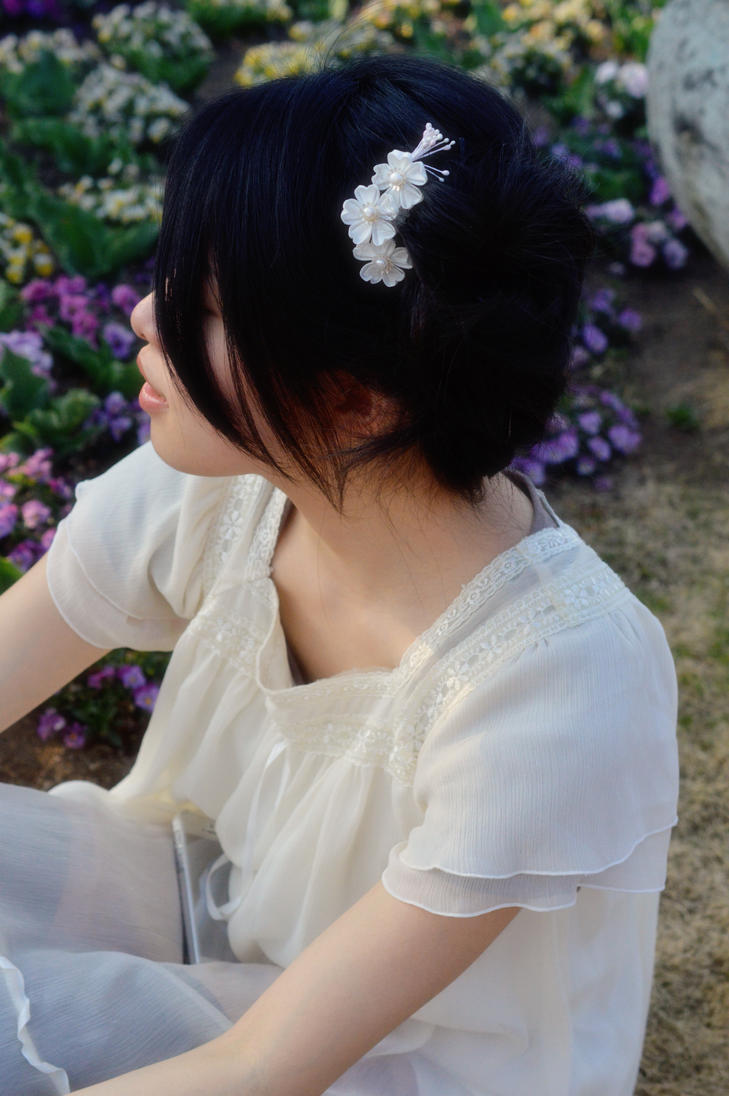 Wedding White Mini Sakura Comb in Hair by hanatsukuri
